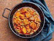 Рецепта Яхния със свинско месо, грах и доматен сок на фурна